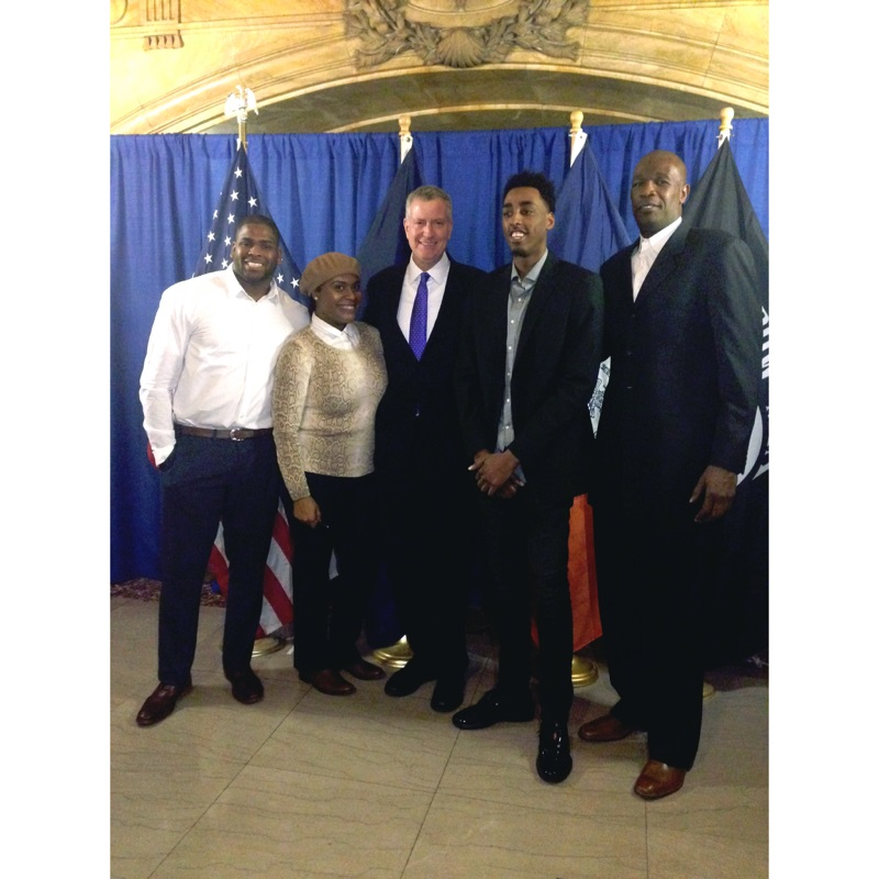 Mayor de Blasio, center, joined Anthony Mason Jr., second from the right and Herb Williams, right, a former Knicks player and coach.